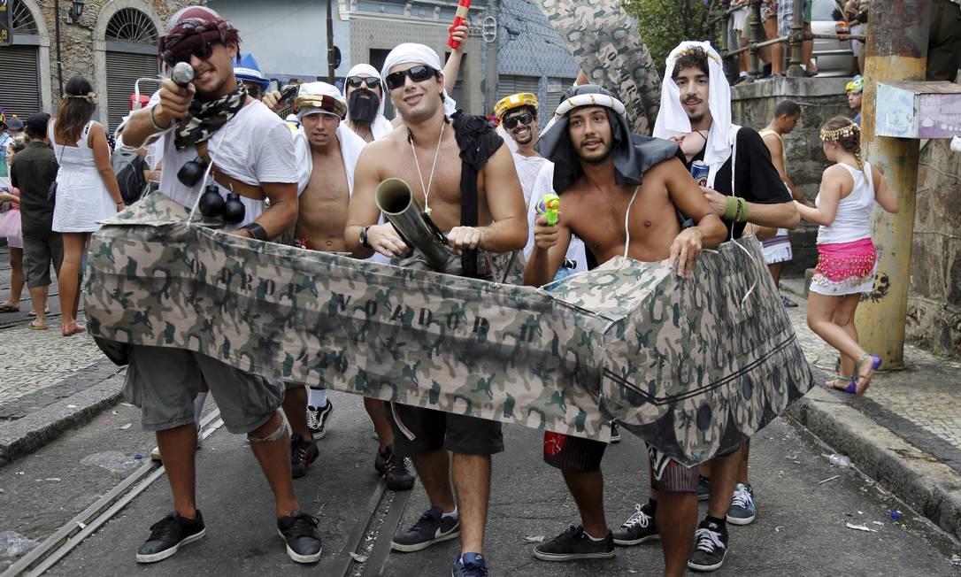 Grupo de foliões se fantasia em referência às guerras em países do Oriente Médio Mônica Imbuzeiro / Agência O Globo