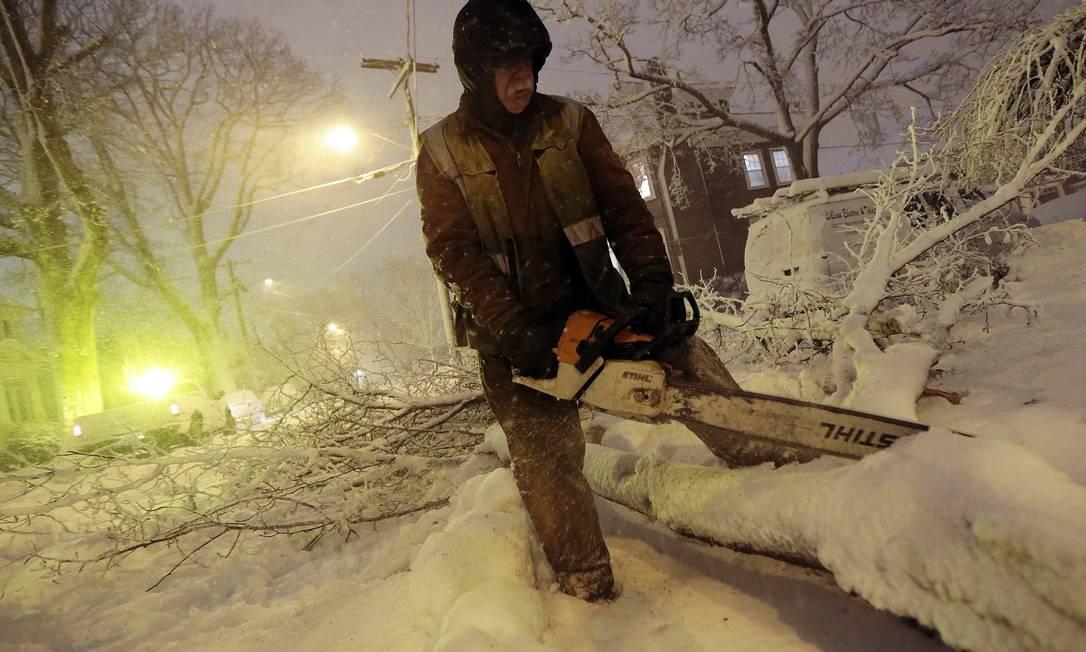 Uma forte nevasca atinge com força a Costa Leste dos EUA neste sábado, deixando milhares de pessoas sem eletricidade e interditando vias Peter Pereira / AP