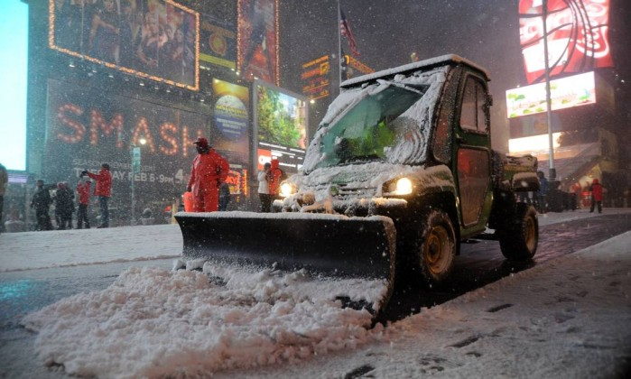 Durante a noite de sexta-feira, a Times Square, em Nova York, ficou cheia de neve, o que afastou turistas e novaiorquinos dos show das Broadway MEHDI TAAMALLAH / AFP