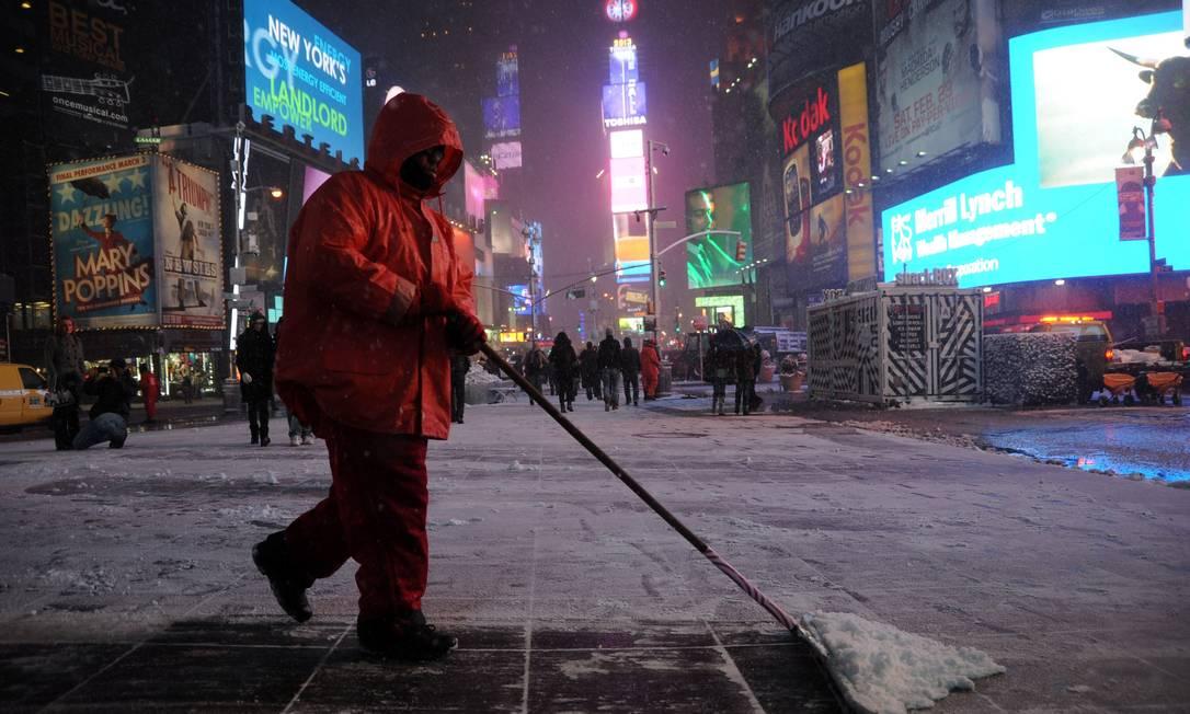 Durante a noite, trabalhadores tentaram retirar a maior parte da neve que cobria o local MEHDI TAAMALLAH / AFP