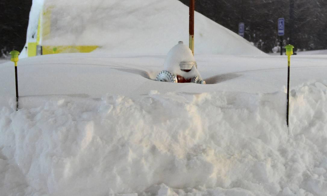 Em Massachusetts, um dos estados mais atingidos, um hidrante ficou coberto por mais de 50 centímetros de neve Michael Beswick / AP