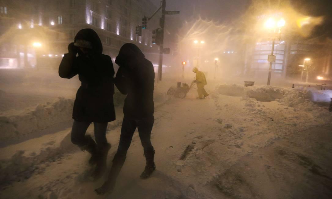 Meteorologistas prevem uma piora do fenômeno, esperando até 76 centímetros de neve em Massachusetts MARIO TAMA / AFP