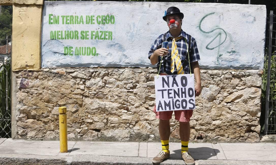 """""""Não tenho amigos"""", diz a plaquinha de folião solitário. Será que ele conseguiu fazer alguns? Mônica Imbuzeiro / Agência O Globo"""