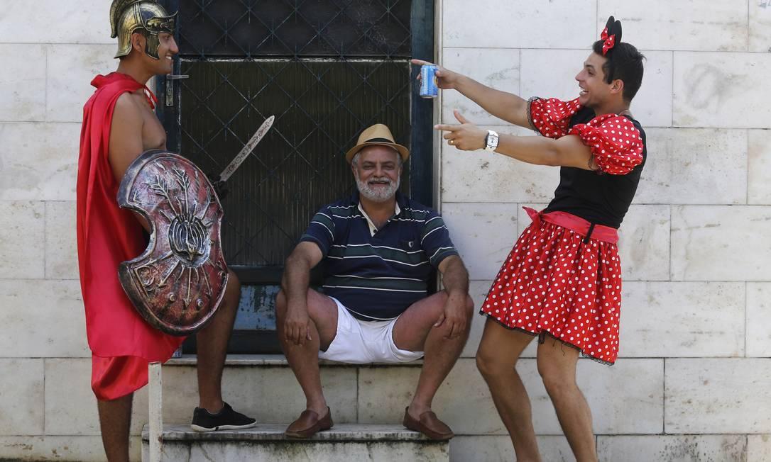 Gladiador e Minnie brincam no bloco Céu na Terra, em Santa Teresa Mônica Imbuzeiro / Agência O Globo
