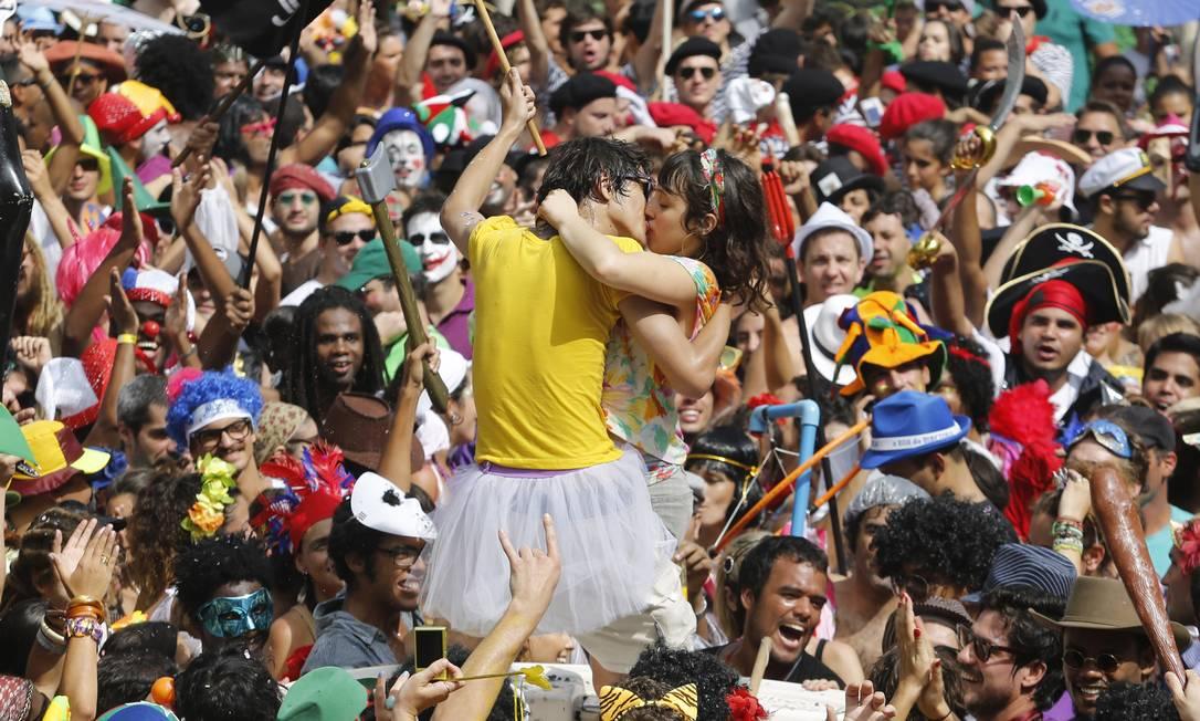 Outro casal de beijoqueiros curte o Céu na Terra Mônica Imbuzeiro / Agência O Globo