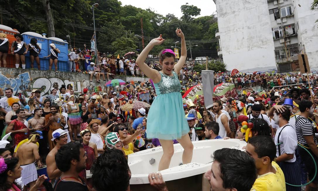 Foliões levam banheira para o bloco Céu na Terra. Objeto vira palco de dança Mônica Imbuzeiro / Agência O Globo