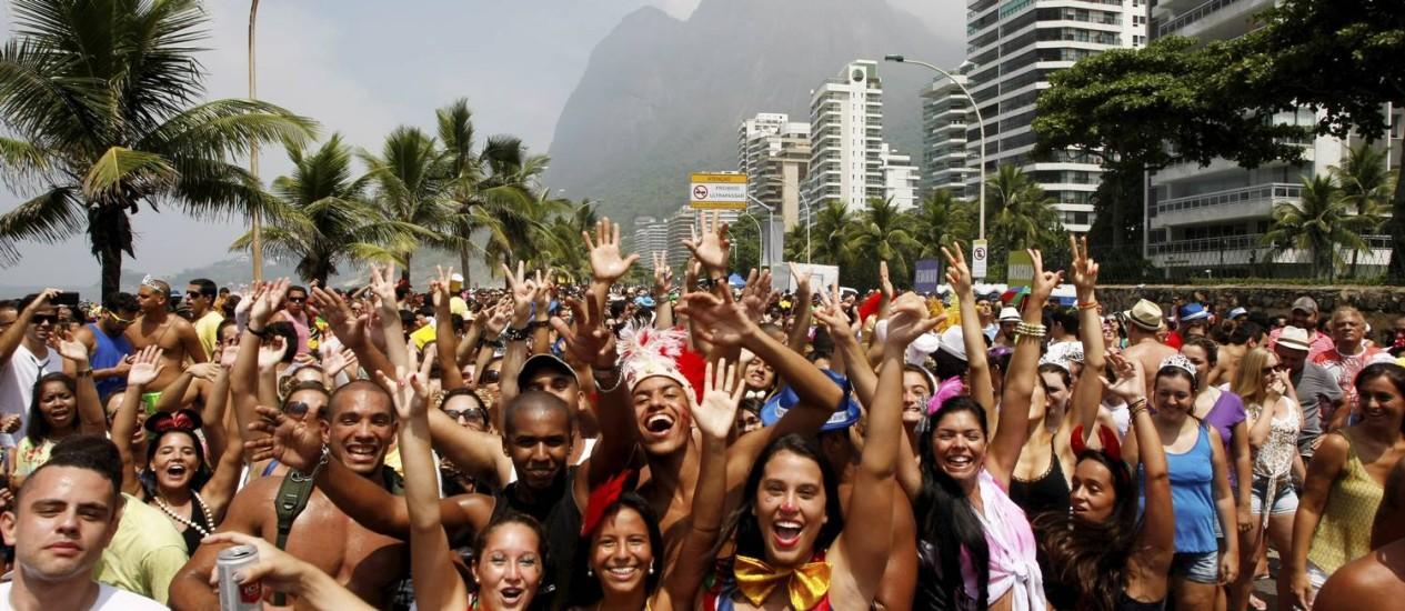 Alegria. Oito mil foliões prestiagaram o desfile, na orla de São Conrado Foto: Hudson Pontes