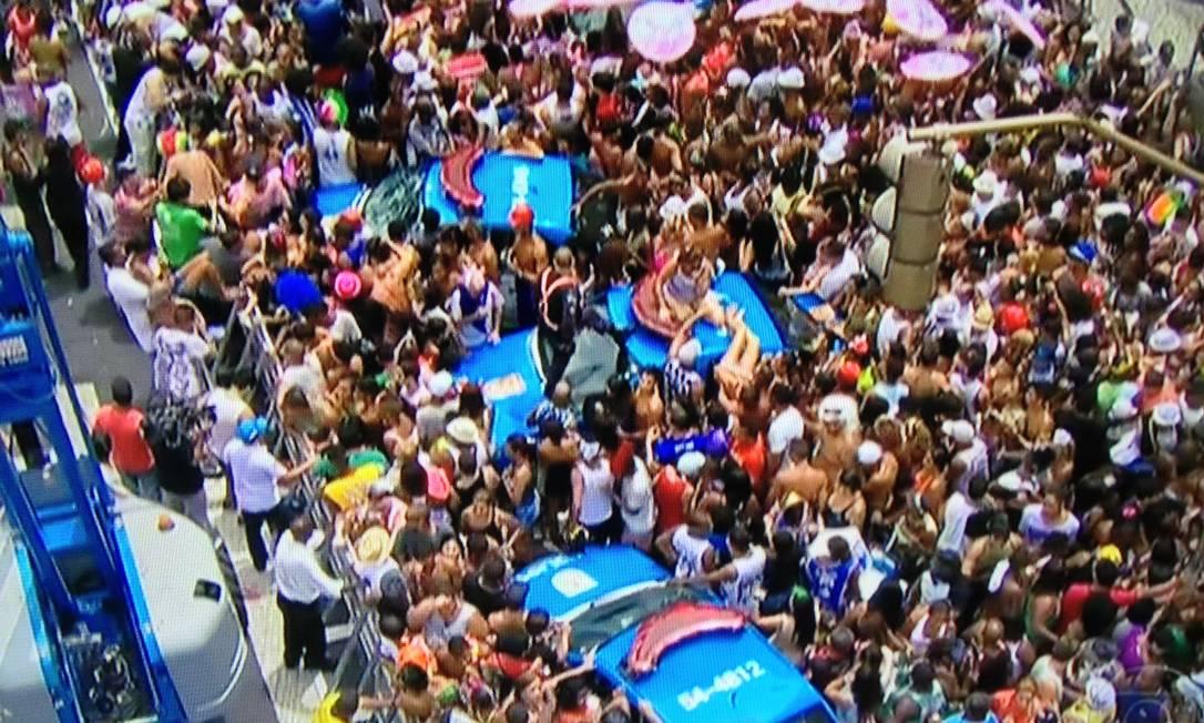 Confusão marca fim do desfile do Cordão da Bola Preta Foto do leitor Marcelo Carvalho