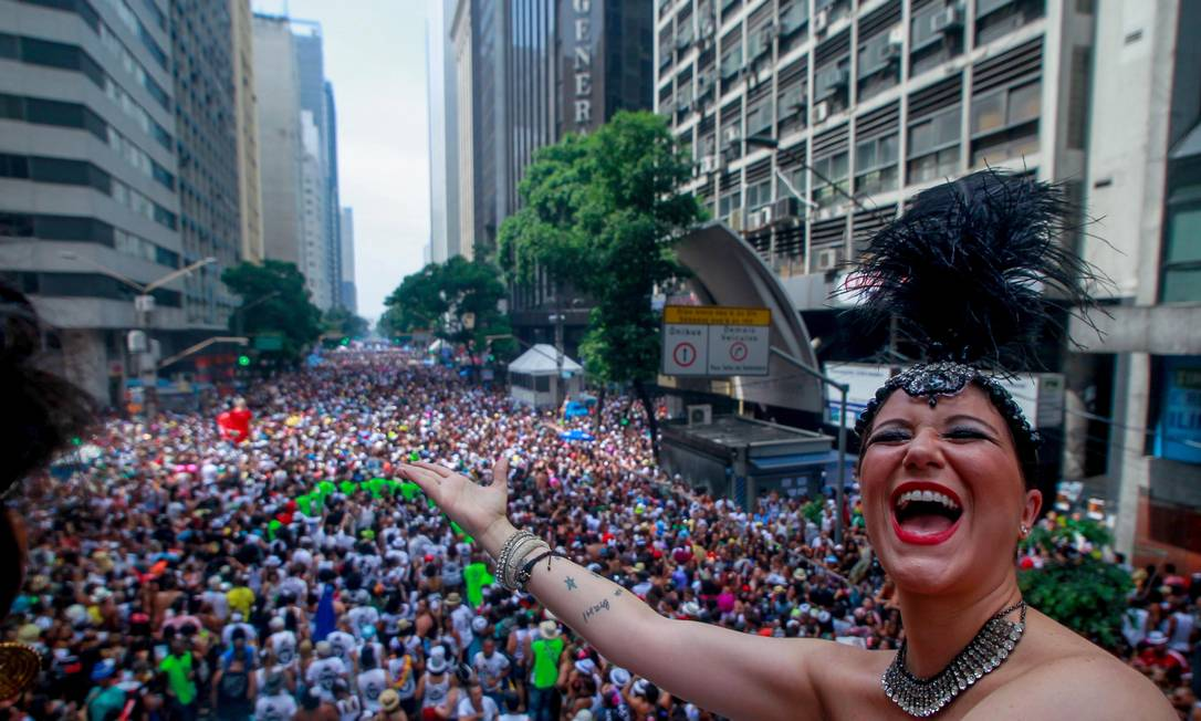 Cantora Maria Rita se esbalda em cima do carro de som do Bola Agência O Globo