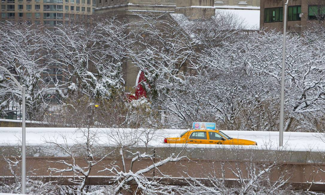 Táxi atravessa Nova York embaixo da nevasca Nemo Andrew Kelly / AFP
