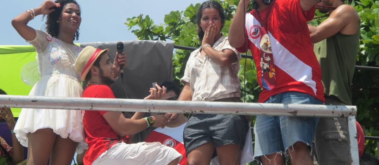 O publicitário Leonardo Salles pediu a noamorada Marcela Ruiz em casamento durante o desfile do Empolga às 9 Foto: Thiago Mattos / O Globo