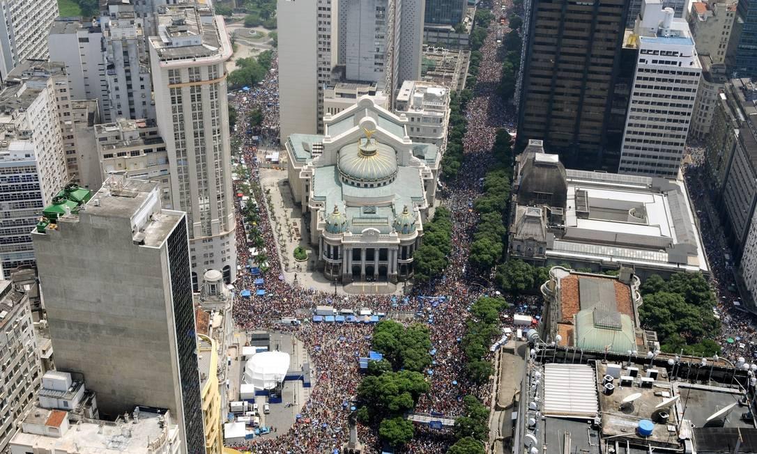 Vista aérea da Cinelândia durante o desfile do Cordão da Bola Preta, neste sábado. Ruas do Centro da Cidade foram tomadas por 1,8 milhão de foliões, segundo a Riotur Alexandre Durão/ GLOBO RIO