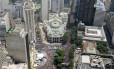 Vista aérea da Cinelândia durante o desfile do Cordão da Bola Preta, neste sábado. Ruas do Centro da Cidade foram tomadas por 1,8 milhão de foliões, segundo a Riotur