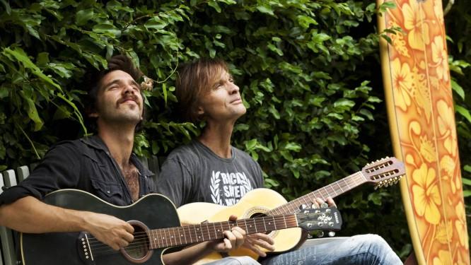 João Pedro (à esquerda) agora acompanha o pai, Marcelo Bonfá, ex-baterista da Legião Urbana Foto: Ana Branco