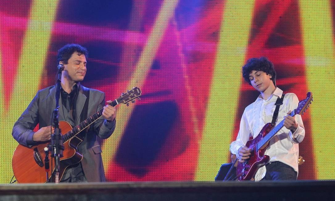 Guitarristas: Rafael começa a dividir o palco com o pai, Roberto Frejat Foto: Divulgação