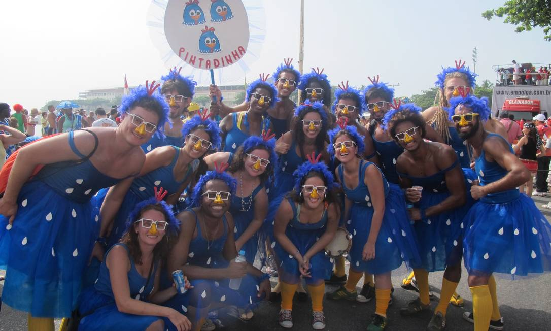"""Amigos se fantasiam de """"Galinha Pintadinha"""" no bloco Empolga às 9, em Copacabana Foto: Thiago Mattos / Agência O Globo"""