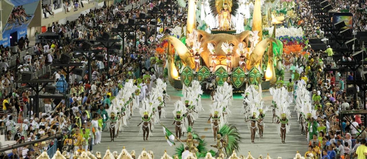 Desfile de 2012 do Império Serrano: leitores querem ver a escola de volta ao Grupo Especial Foto: Marcelo Piu / O Globo