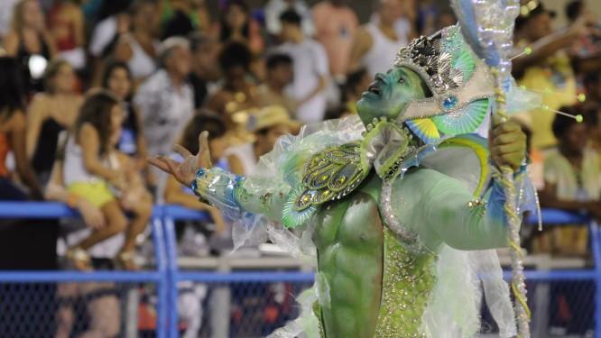 Destaque da comissão de frente representando o deus dos mares, Poseidon Foto: Thiago Freitas / Extra / O Globo