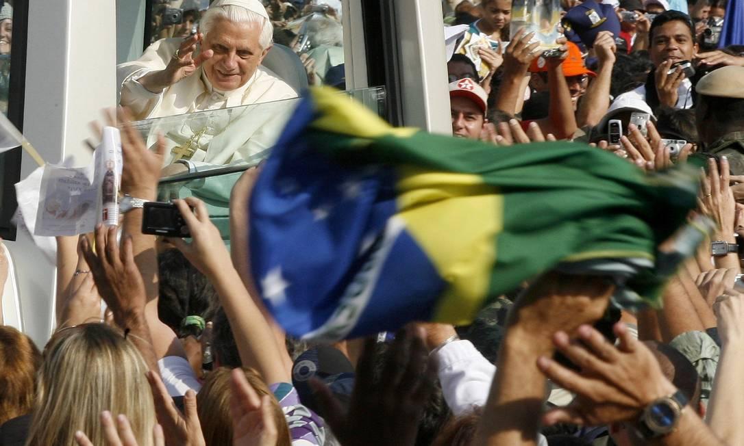 O Papa Bento XVI em seu papamóvel durante visita à Basílica de Aparecida, em São Paulo, em sua única visita ao país como Pontífice Foto: Jamil Bittar / Reuters/ 13.05.2007