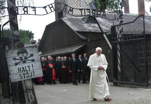 Bento XVI cruza a entrada do campo de concentração de Auschwitz, na Polônia: apesar de aproximação, Papa foi criticado por judeus e muçulmanos Foto: DIETHER ENDLICHER / AP/28-5-2006