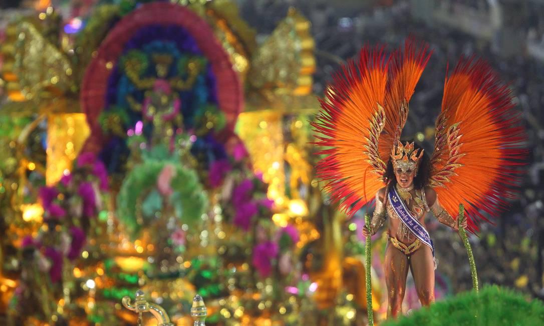 A Mangueira preencheu a Marquês de Sapucaí com muitas cores Ivo Gonzalez / Agência O Globo