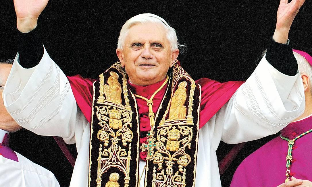 Bento XVI saúda fiéis logo depois de ser eleito Papa, em abril de 2005 Foto: Domenico Stinellis / AP/19-04-2005