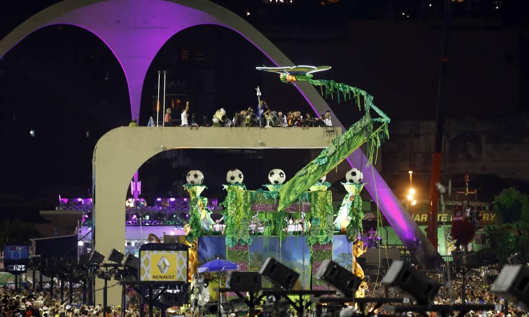RI Rio de Janeiro (RJ) 11/02/2013 Carnaval 2013 Escolas de Samba do Grupo Especial - Beija-Flor. Último carro preso na torre de TV faz com que a escola atrase seis minutos. Foto de Fabio Rossi / Agência O Globo Fabio Rossi / Agência O Globo