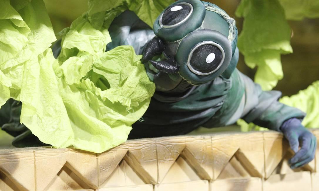 Larvas comem verduras de carro abre-alas da Vila Isabel Guito Moreto / O Globo