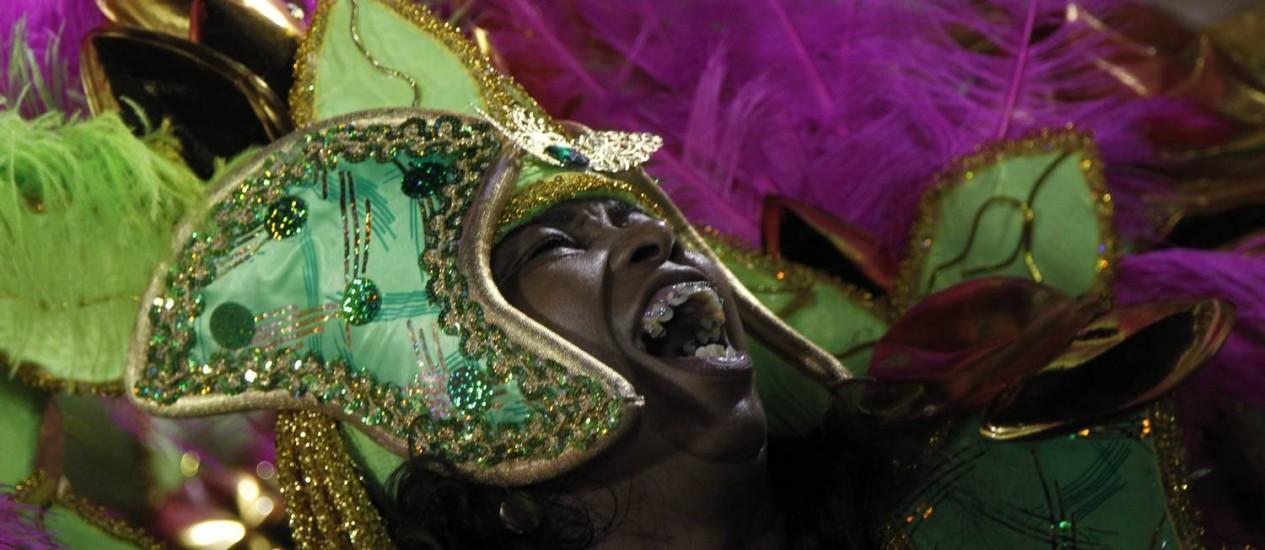 Componente se empolga durante o desfile da Mangueira, eleita a melhor escola pelo júri do Estandarte de Ouro Foto: FOTO: Gabriel de Paiva / O Globo