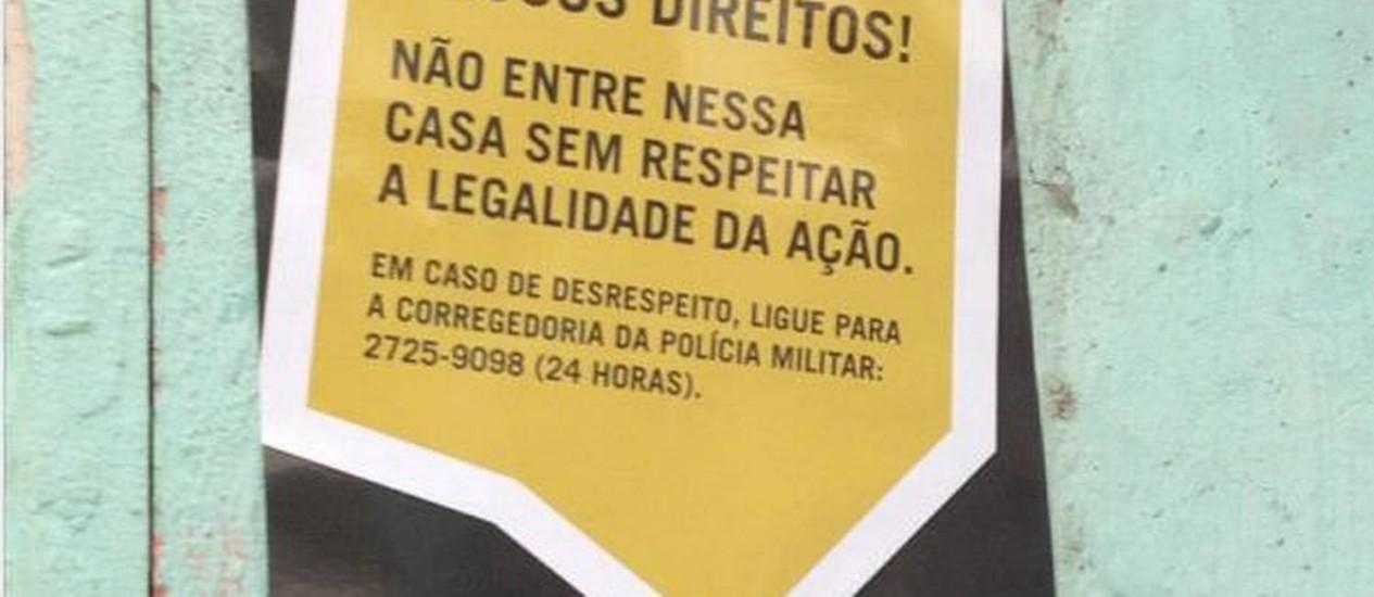Cartazes distribuídos por Ongs da Maré tentam conscientizar os moradores sobre seus direitos, antes da pacificação Foto: Divulgação/Anistia Internacional