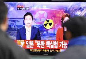 Sul-coreanos assistem ao anúncio de TV de Seul sobre o teste da Coreia do Norte Foto: KIM JAE-HWAN / AFP
