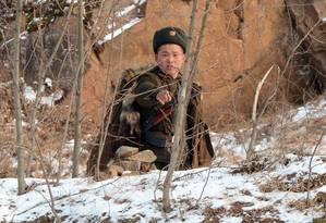 Guarda norte-coreano faz vigilância das fronteiras do país nesta terça-feira Foto: MARK RALSTON / AFP