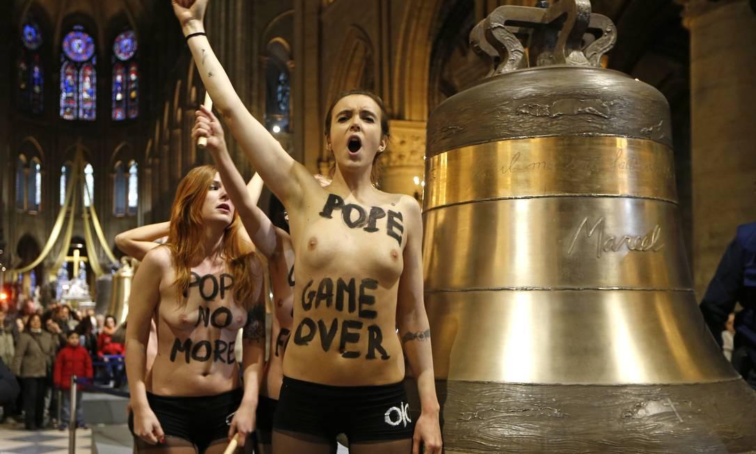 Ativista protesta em frente a sino de bronze da Catedral de Notre-Dame Foto: CHARLES PLATIAU / Reuters