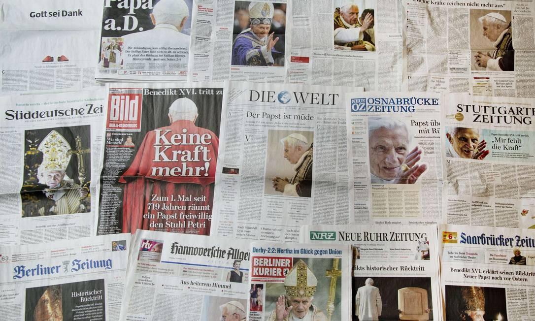 Jornais alemães reproduzem o anúncio de renúncia de Bento XVI Foto: ODD ANDERSEN / AFP