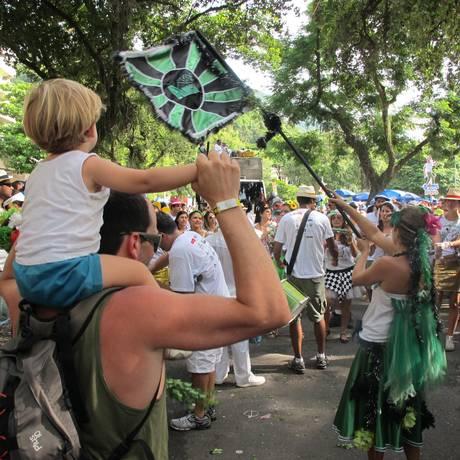 Concentração na Praça Santos Dumont, na Gávea, reuniu gente de todas as idades Foto: Agência O Globo / Tomás Petersen