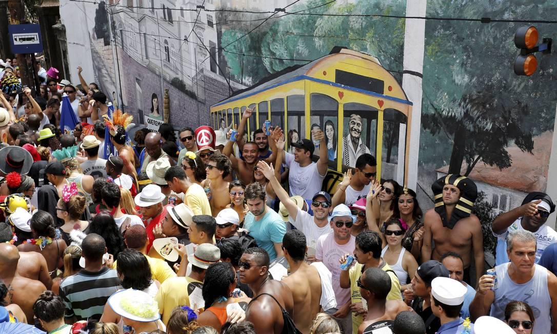 O Carmelitas toma conta das ladeiras de Santa Teresa nesta terça-feira de carnaval. Primeiro desfile do bloco, na sexta-feira (8), protestou contra a ausência do bondinho Foto: Mônica Imbuzeiro / Agência O Globo