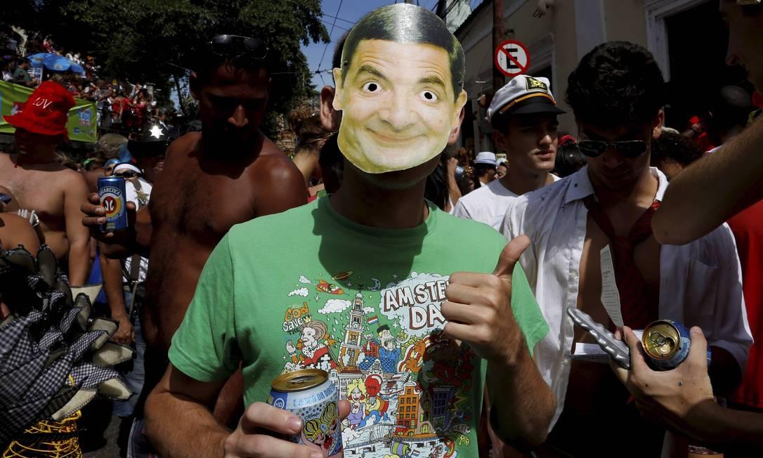 Folião usa máscara de Mr. Bean no bloco Carmelitas Foto: Mônica Imbuzeiro / Agência O Globo