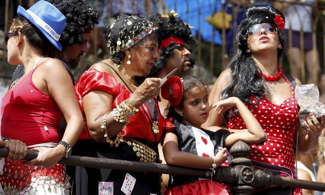 Às 9h desta terça-feira as ruas de Santa Teresa já estavam cheias de foliões, que aguardavam o início do desfile do Carmelitas, um dos blocos mais tradicionais do Rio Foto: Mônica Imbuzeiro / Agência O Globo