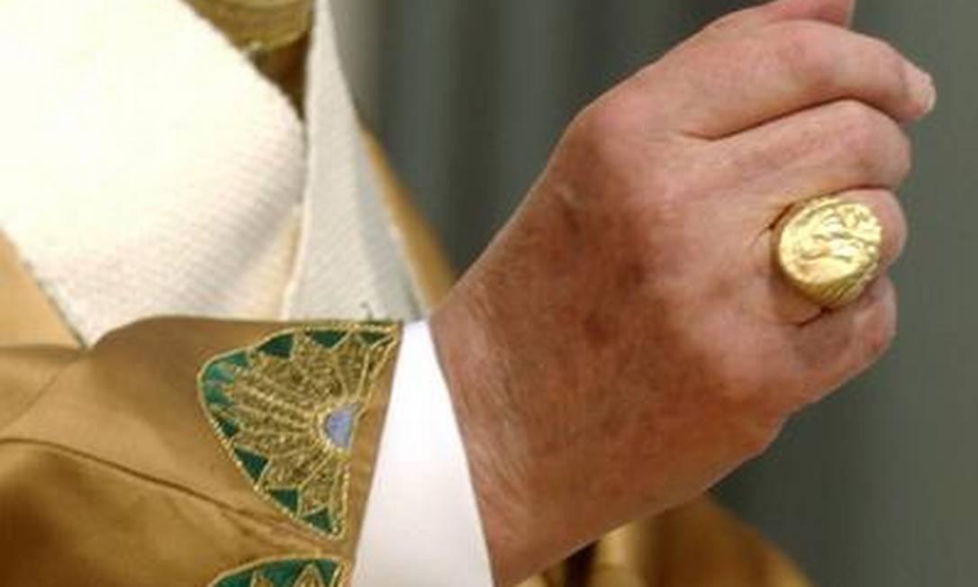 O Anel do Pescador, na mão de Bento XVI: símbolo do poder pontifício, jóia deve ser destruída no dia 28 Foto: AP/24-4-2005