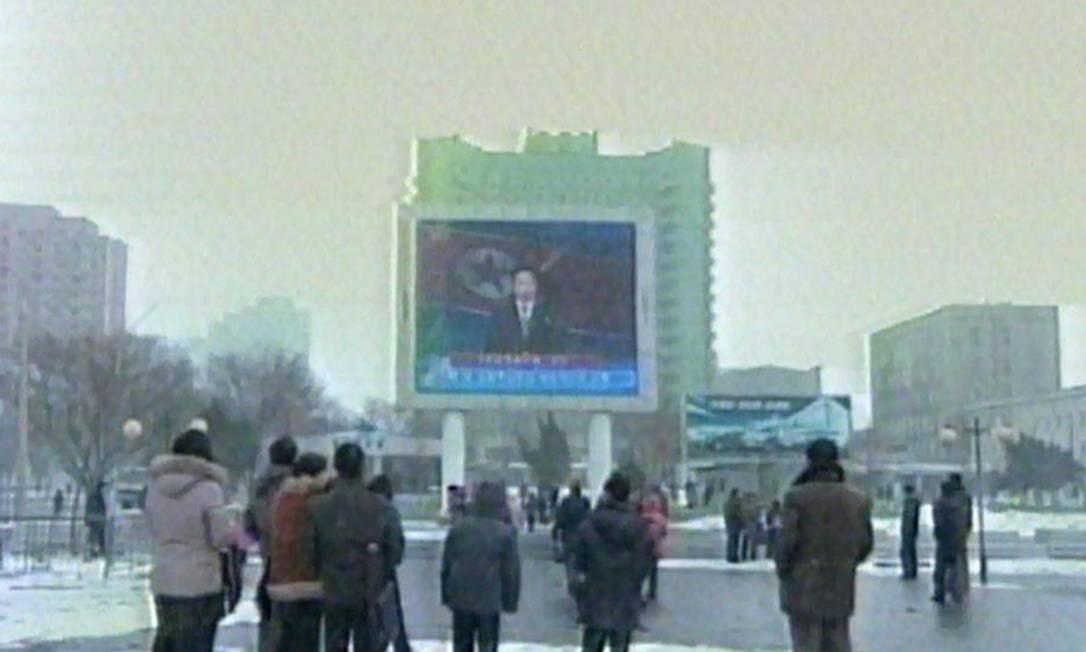 Norte-coreanos assistem ao anúncio sobre o terceiro grande teste nuclear do país Foto: NORTH KOREAN TV / AFP