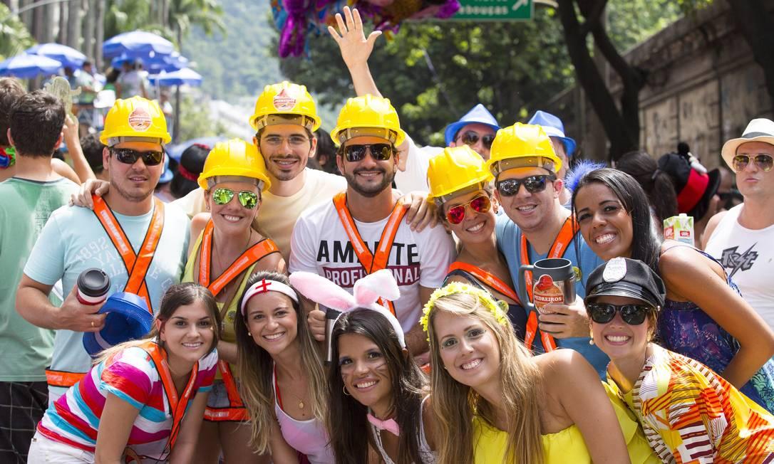 """Construtores, enfermeira, coelhinha, policial... Todos se unem em nome da diversão no bloco """"Vagalume, o verde"""" Foto: Leo Martins / Agência O Globo"""