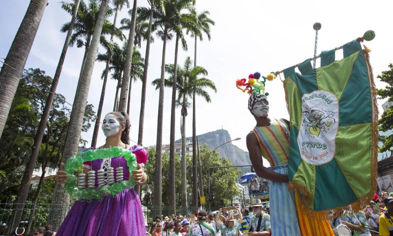 """Com pernas de pau, integrantes do """"Vagalume"""" andam à frente da bateria Foto: Leo Martins / Agência O Globo"""