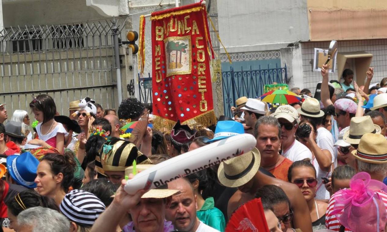 """O bloco """"Bagunça o meu coreto"""" começa na Praça São Salvador, segue pelas ruas de Laranjeiras e volta à praça no fim do desfile Foto: Renata Leite / Agência O Globo"""