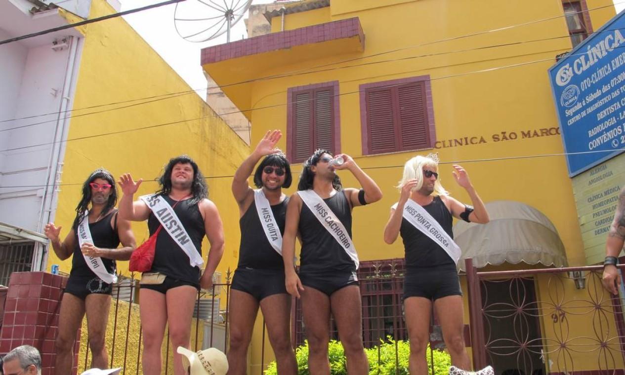 """Quinteto de misses no bloco """"Bagunça o meu coreto"""", em Laranjeiras Foto: Renata Leite / Agência O Globo"""