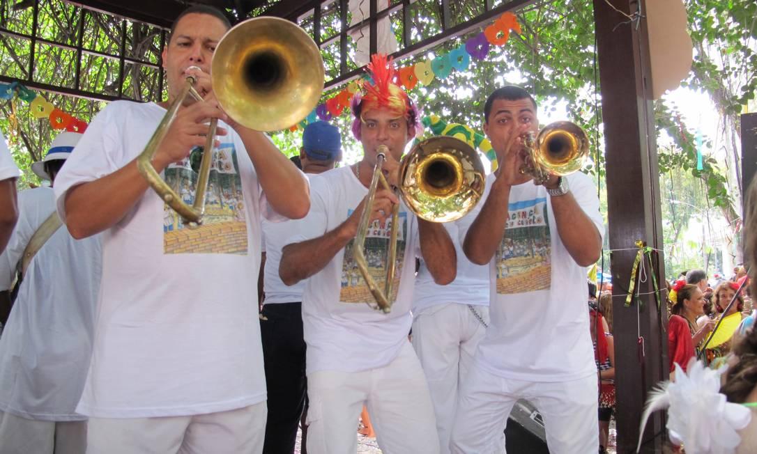 """Este é o quinto ano do """"Balança o meu coreto"""", em Laranjeiras. A bateria do bloco se apresenta na Praça São Salvador Foto: Renata Leite / Agência O Globo"""