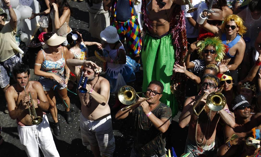 Orquestra Voadora é famosa por tocar hits da música pop em ritmo de batucada - de Michael Jackson a Tim Maia Foto: PAULA GIOLITO / Agência O Globo