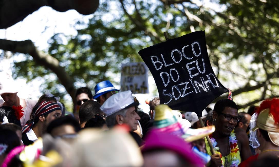 """Durante desfile da Orquestra Voadora, folião faz referência ao título de um álbum da banda Los Hermanos em placa: """"Bloco do eu sozinho"""" Foto: PAULA GIOLITO / Agência O Globo"""