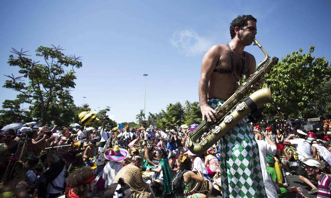 Mesmo no calor de 40°C, cerca de 50 mil foliões acompanharam o desfile da Orquestra Voadora Foto: PAULA GIOLITO / Agência O Globo