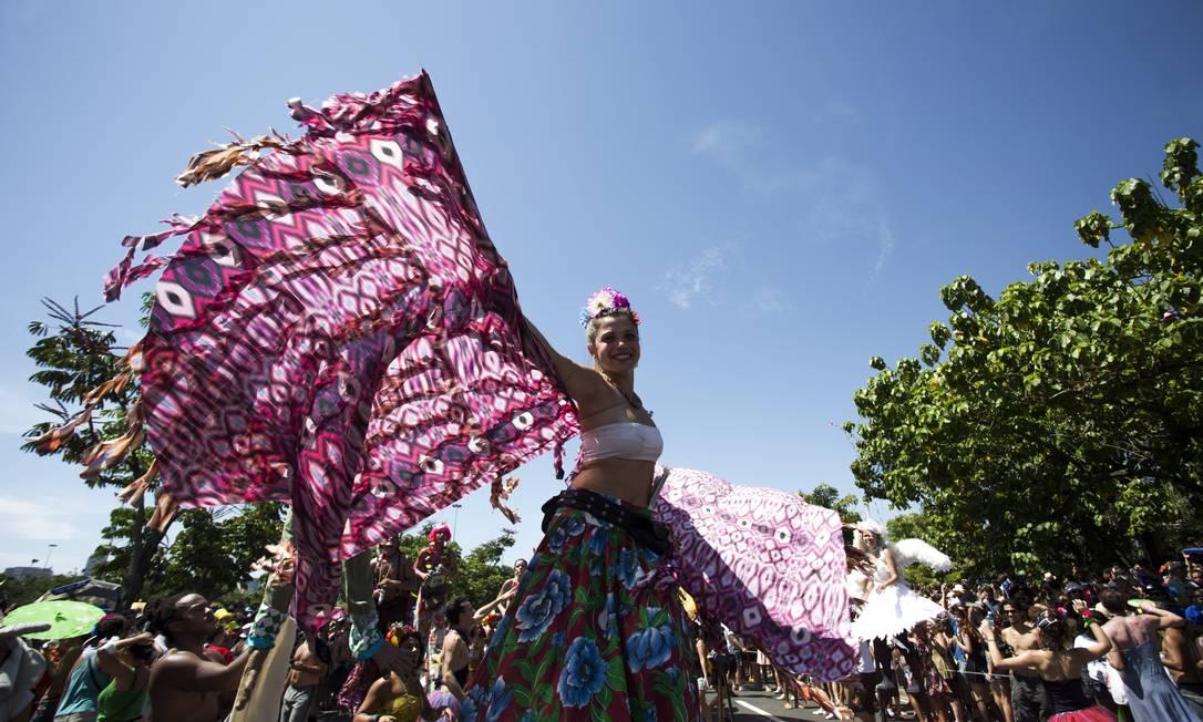 Integrantes sobre pernas-de-pau são a marca registrada da Orquestra Voadora Foto: PAULA GIOLITO / Agência O Globo