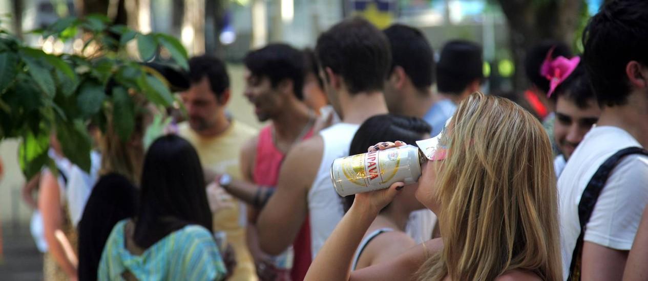 Gelada. Foliona bebe cerveja de marca vendida por ambulantes que desrespeitam exigência de cadastramento nos blocos Foto: Freelancer / Pedro Teixeira